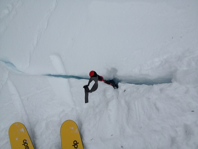 <b>Figure 12:</b> Cracks in snow on flank of the avalanche. (<a href=javascript:void(0); onClick=win=window.open('https://avalanche.state.co.us/caic/media/full/acc_485_4161.jpg','caic_media','resizable=1,height=820,width=840,scrollbars=yes');win.focus();return false;>see full sized image</a>)