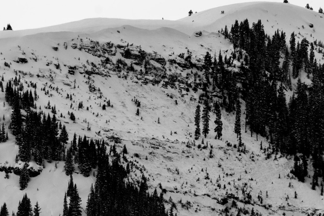 <b>Figure 3:</b> A view of the avalanche in the East Vail backcountry. Note skiers on the ridgeline for scale. (<a href=javascript:void(0); onClick=win=window.open('https://avalanche.state.co.us/caic/media/full/acc_518_6046.jpeg','caic_media','resizable=1,height=820,width=840,scrollbars=yes');win.focus();return false;>see full sized image</a>)