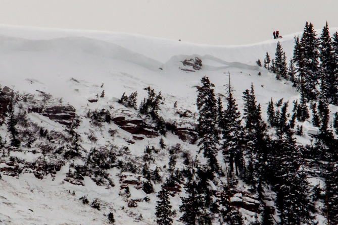 <b>Figure 5:</b> A view of the avalanche in the East Vail backcountry. Note skiers on the ridgeline for scale. (<a href=javascript:void(0); onClick=win=window.open('https://avalanche.state.co.us/caic/media/full/acc_518_6048.jpeg','caic_media','resizable=1,height=820,width=840,scrollbars=yes');win.focus();return false;>see full sized image</a>)