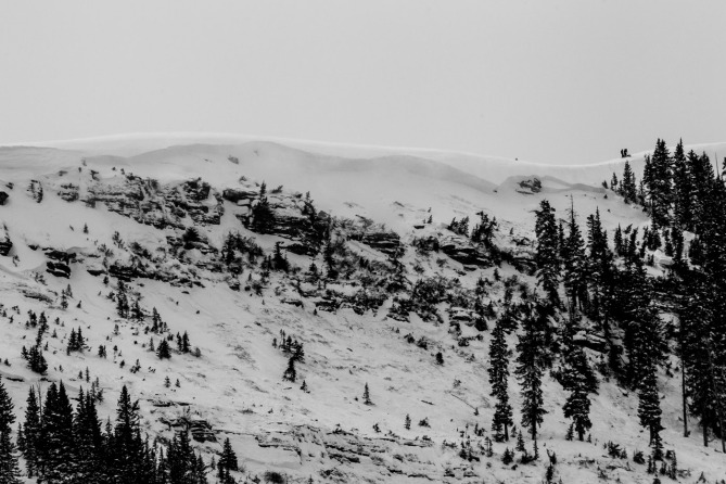 <b>Figure 6:</b> A view of the avalanche in the East Vail backcountry. Note skiers on the ridgeline for scale. (<a href=javascript:void(0); onClick=win=window.open('https://avalanche.state.co.us/caic/media/full/acc_518_6049.jpeg','caic_media','resizable=1,height=820,width=840,scrollbars=yes');win.focus();return false;>see full sized image</a>)