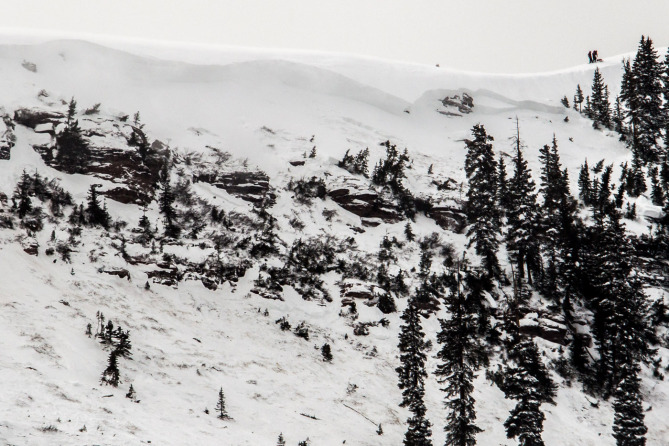 <b>Figure 3:</b> A view of the avalanche in the East Vail backcountry. Note skiers on the ridgeline for scale. (<a href=javascript:void(0); onClick=win=window.open('https://avalanche.state.co.us/caic/media/full/acc_518_6174.jpeg','caic_media','resizable=1,height=820,width=840,scrollbars=yes');win.focus();return false;>see full sized image</a>)