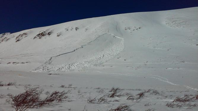 <b>Figure 1:</b> The site of a fatal avalanche accident on the east flank of Kelso Mountain. The group's route into the area follows a near horizontal track on the right of the avalanche. Their route out leaves the lower port of the debris. (<a href=javascript:void(0); onClick=win=window.open('https://avalanche.state.co.us/caic/media/full/acc_555_8558.jpg','caic_media','resizable=1,height=820,width=840,scrollbars=yes');win.focus();return false;>see full sized image</a>)