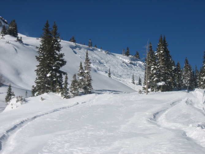 <b>Figure 3:</b> View of snowmobile triggered avalanche on ESE aspect on lower bench rollover on Ruby Peak. Ruby Range. 1.21.16 (<a href=javascript:void(0); onClick=win=window.open('http://avalanche.state.co.us/caic/media/full/acc_586_11443.jpg','caic_media','resizable=1,height=820,width=840,scrollbars=yes');win.focus();return false;>see full sized image</a>)