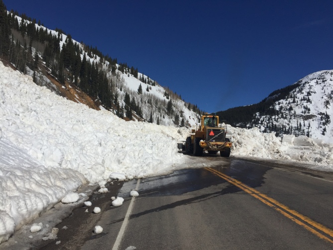 <b>Figure 1:</b> CDOT uses heavy equipment to clear debris from a skier-triggered avalanche from US 550, north of the town of Silverton. (<a href=javascript:void(0); onClick=win=window.open('http://avalanche.state.co.us/caic/media/full/acc_599_12161.jpg','caic_media','resizable=1,height=820,width=840,scrollbars=yes');win.focus();return false;>see full sized image</a>)