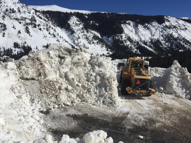 <b>Figure 4:</b> CDOT uses heavy equipment to clear debris from a skier-triggered avalanche from US 550, north of the town of Silverton. (<a href=javascript:void(0); onClick=win=window.open('http://avalanche.state.co.us/caic/media/full/acc_599_12166.jpg','caic_media','resizable=1,height=820,width=840,scrollbars=yes');win.focus();return false;>see full sized image</a>)