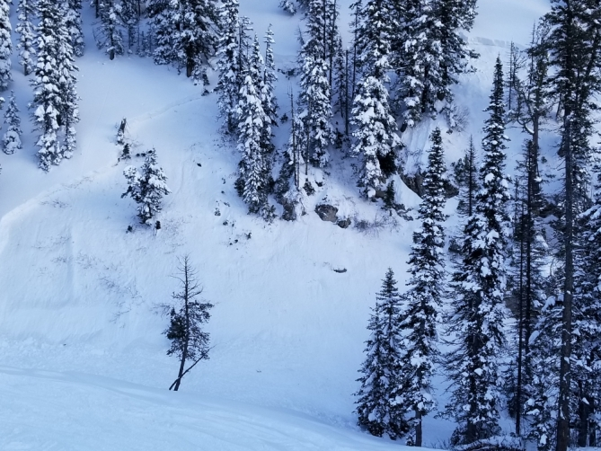 <b>Figure 6:</b> The crown and flanks of the avalanche are visible. All the debris ended up in the gully. Photo: R. Gravatts (<a href=javascript:void(0); onClick=win=window.open('http://avalanche.state.co.us/caic/media/full/acc_648_18614.jpg','caic_media','resizable=1,height=820,width=840,scrollbars=yes');win.focus();return false;>see full sized image</a>)