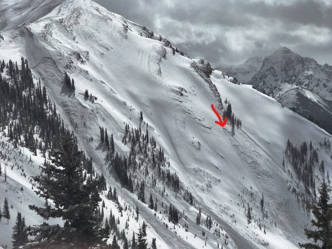 <b>Figure 2:</b> Maroon Bowl on April 8. The avalanche in the left portion of the image was triggered with explosives. The avalanche on the right, indicated by the red arrow, is the accident site. (Image courtesy of Art Burrows) (<a href=javascript:void(0); onClick=win=window.open('http://avalanche.state.co.us/caic/media/full/acc_665_20345.jpg','caic_media','resizable=1,height=820,width=840,scrollbars=yes');win.focus();return false;>see full sized image</a>)