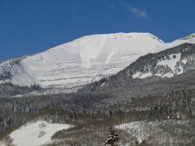 <b>Figure 1:</b> A skier triggered avalanche in Red Lady Bowl as seen from downtown Crested Butte on November 25. This slide is on a southeast aspect, breaking on weak snow below the Thanksgiving Day storm snow. (<a href=javascript:void(0); onClick=win=window.open('https://avalanche.state.co.us/caic/media/full/acc_676_21286.jpg','caic_media','resizable=1,height=820,width=840,scrollbars=yes');win.focus();return false;>see full sized image</a>)