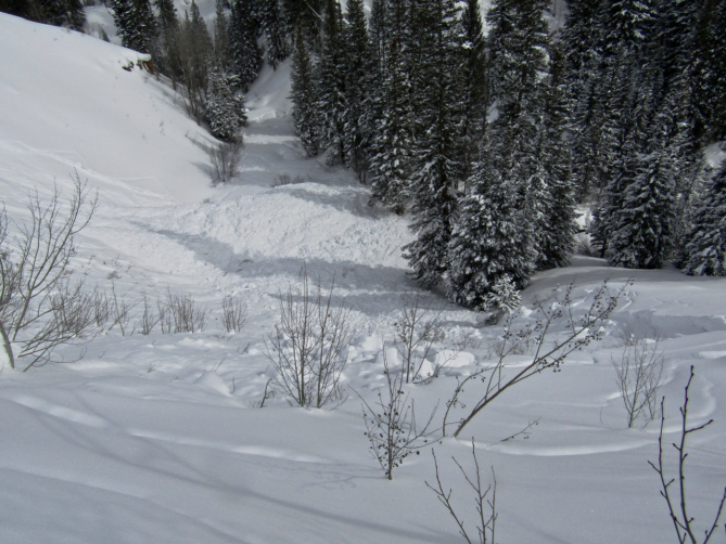 <b>Figure 2:</b> Looking down at the debris from of an avalanche that caught and killed two backcountry skiers on February 16th, 2019. (<a href=javascript:void(0); onClick=win=window.open('https://avalanche.state.co.us/caic/media/full/acc_704_24672.jpg','caic_media','resizable=1,height=820,width=840,scrollbars=yes');win.focus();return false;>see full sized image</a>)