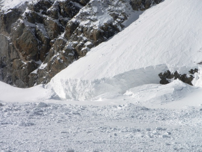 <b>Figure 9:</b> This lobe of debris calved into the lake when when the avalanche plunged into the lake &amp; ice broke. (<a href=javascript:void(0); onClick=win=window.open('https://avalanche.state.co.us/caic/media/full/obs_38681_11353.jpg','caic_media','resizable=1,height=820,width=840,scrollbars=yes');win.focus();return false;>see full sized image</a>)