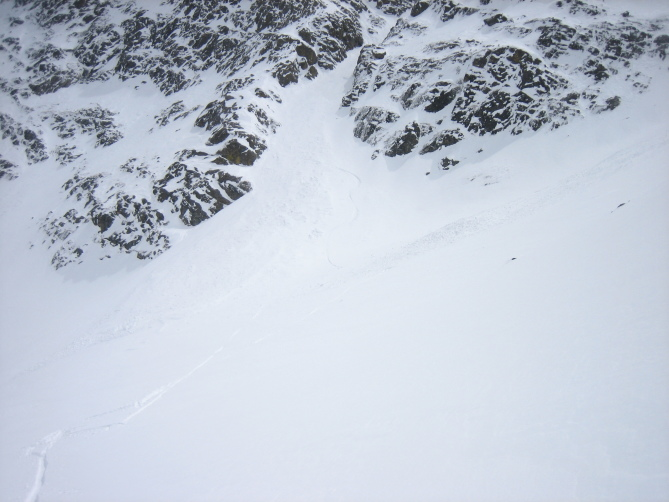 <b>Figure 2:</b> Debris piles from skier triggered slide (on left) and natural slide (on right). (<a href=javascript:void(0); onClick=win=window.open('https://avalanche.state.co.us/caic/media/full/obs_42067_13097.jpg','caic_media','resizable=1,height=820,width=840,scrollbars=yes');win.focus();return false;>see full sized image</a>)