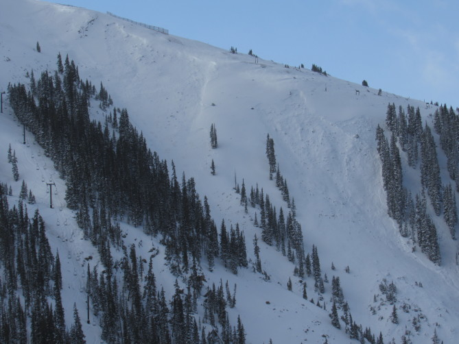 <b>Figure 2:</b> A large avalanche triggered by a control team walking near the ridge at Arapahoe Basin. (<a href=javascript:void(0); onClick=win=window.open('https://avalanche.state.co.us/caic/media/full/obs_51745_21012.jpg','caic_media','resizable=1,height=820,width=840,scrollbars=yes');win.focus();return false;>see full sized image</a>)